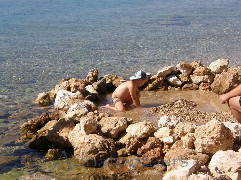 Nemira Kind am Kies Strand